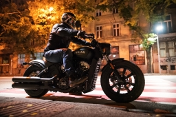 Indian Scout Bobber – Po chlapsky (18+)